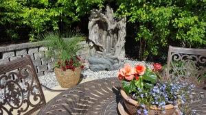 Potées fleuries et fontaine